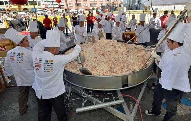 Chinese and Costa Rican chefs cook the world's largest fried rice in celebration of Chinese New Year, for which they obtained a Guinness record, in San Jose on Feb 12, 2013.