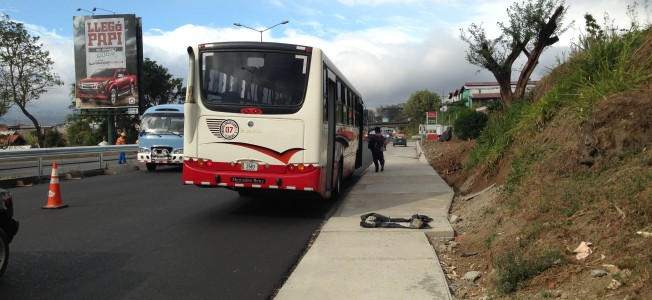 Buses using the right lane of autpistas to take on and let off passengers is a major concern whose solution goes unnoticed by transport officials