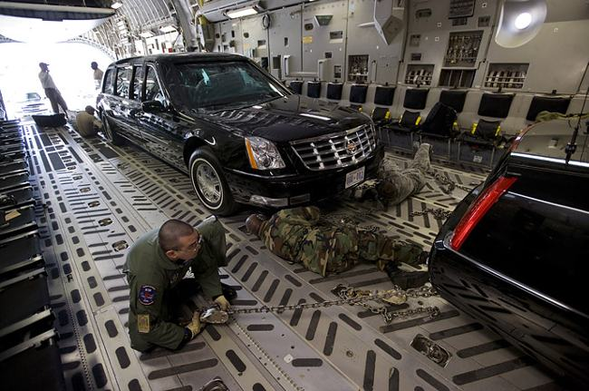 Presidential_limousine_loaded_in_aircraft