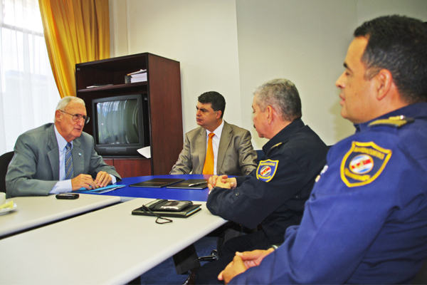Costa Rican Minister of Public Security Mario Zamora (center), alongside Argentina's Ambassador in Costa Rica, Martín Antonio Balza (left), signed an agreement on Feb. 21 to train officers at Argentina's Naval Prefecture to bolster the countries' counter-narcotics operations. (Courtesy of the Ministry of Public Security)