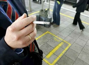 un-hombre-fuma-un-cigarrilo-en-la-zona-de-fumadores-efe
