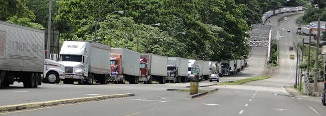 Unos 500 furgones hacen fila en territorio panameño, a la espera de que se abra el tránsito en Paso Canoas (Freddy Parrales)