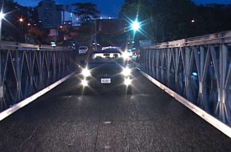 The first vehicles to cross the Bailey bridges on the Circunvalacion at 5am this morning.