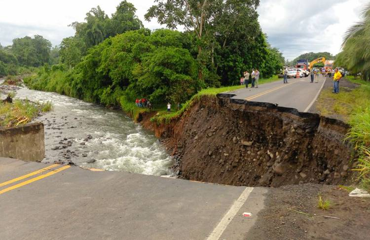 The road over the Parisimiina bridge on the Ruta 32 was completely washed away by the strong currents. Photo: Reiner Montero