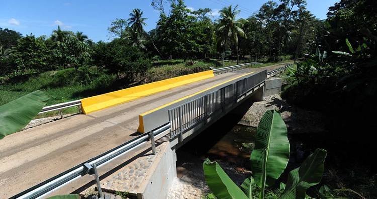 "The bridge voer the Zapana cañal in Seis Amigos. The road only hs access to the Reventazon river, five houses and the farm where authorities discovered the ""narco"" helipads, costing ¢157 millio colones and was completed in July of this year. The plaque reads ""Chinchilla Miranda Administration"", erected after is inauguration in September. Foto: Alber Marin, La Nacion"