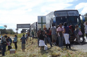 Bus passengers on the way to Nicaragua stop at the Liberia immigration centre, avoiding massive congestion at the border. | Photo, La Nacion,  CARLOS VARGAS
