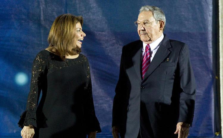 Costa Rica presidenta, Laura Chinchlla (left) with Cuba's president, Raul Castro