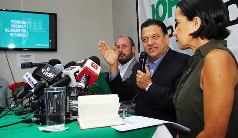 Johnny Araya presenting is plan to feed the poor, with Jorge Pattoni and Silvia Lara. | MARIO ROJAS PARA LN