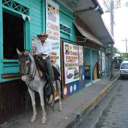 """He arrives at a bar in the folkloric city without getting off the horse to have """"something"""" through the window and joke with other clients."""