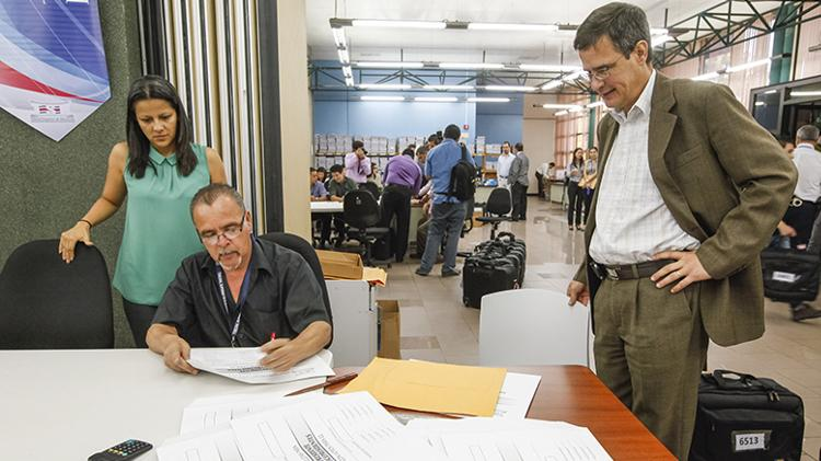 Luis Antonio Sobrado  (right) overlooks the final act of the vote count. Photo TSE