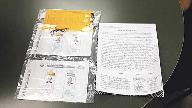 """Ballots and letter received by the Diario Extra by a """"source""""."""
