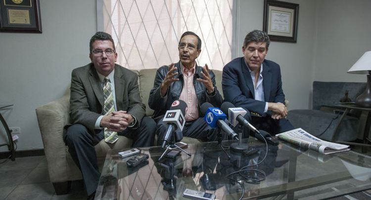 Leiner Vargas (left), head of Johnny Araya's economic team does not share the withdrawal of the campaign and challenges the PAC to hold the debate. In the picture, Rolando Gonzalez (centre) and Marco Cercone, food industry. Photo credit: La Nacion.