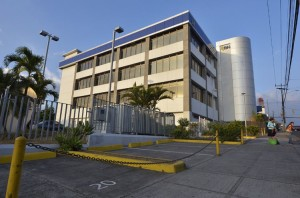 Banco Nacional branch in Alajuela. The child was left in a parked car, in the hot afternoon sun, while father worked inside.