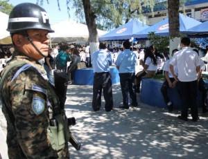 The Salvadoran Army watches over the Dr. Humberto Romero Albergue School in San Salvador. (Gloria Cañas for Infosurhoy.com)