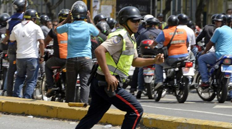 Barricades force closure of Costa Rica embassy in Caracas. Costa Rica assures the closure is not due to protests against the Tico diplomatic delegation.