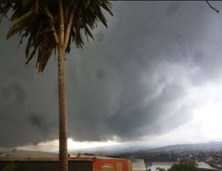 The skies over San José early Monday afternoon, just before the heavy downpour, thunder and lightning. | Photo via Facebook posts.