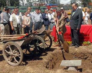 President Oscar Arias, with shovel in hand and younger brother, the ministro de la Presidencia, Rodrigo, break ground to the new Estadio Nacional, a building built and paid for by the Chinese and donated to Costa Rica.