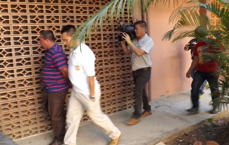 El trailero Montero (camiseta de rayas) es custodiado por oficiales del OIJ. Él fue puesto ayer en la tarde a la orden de Adaptación Social. | CARLOS VARGAS