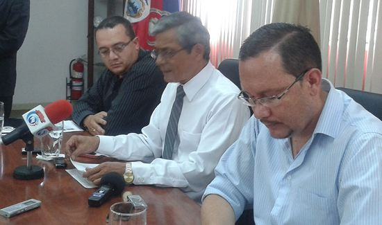 Attorney General, Jorge Chavarria  (centre) and interim director of the OIJ, Geralo Campos (left) and Celso Gamboa (irght), director of Costa Rica's intelligence service, DIS and future minister of Seguridad Publica, during a press conference Saturday.