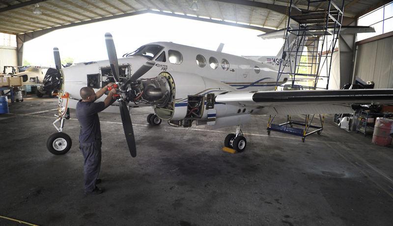 Mechanic works on seized narco plane at the Pavas airport. La avioneta bimotor fue decomisada hace seis meses. Ayer era revisada por Édgar Sibaja, en la zona de taller del aeropuerto de Pavas. | Photo: PABLO MONTIEL / La Nacion