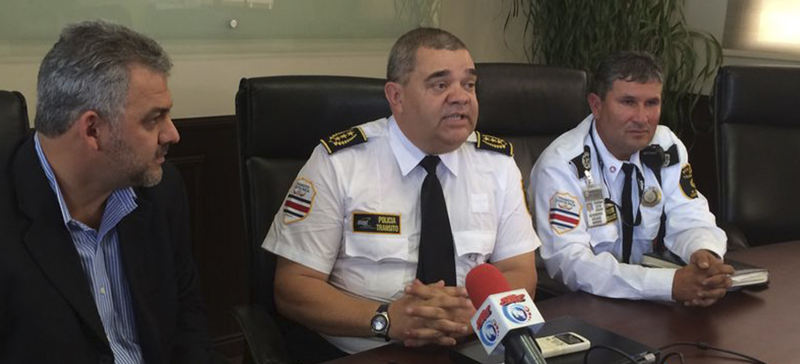New director of the Policia de Transito, Mario Calderón (centre)