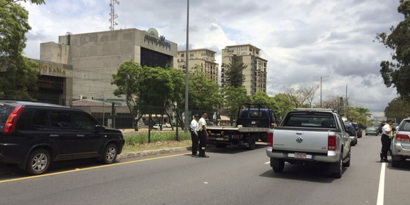 An area that is a major traffic problem due to illegally parked cars is the south side of the Sabana park, on the autopista, where cars park on the median, on the boulevard, anywhere there is an open spot. The photos shows a recent operation to fine and tow illegally parked vehicles,