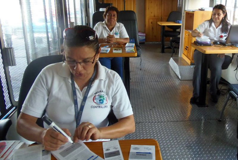 """OM and the government of Costa Rica roll out the """"Migramóvil"""", a fully equipped bus manned by migration officials who are bringing information on migration-related requirements, forms and other basic services to the Costa Rica-Panama border region."""