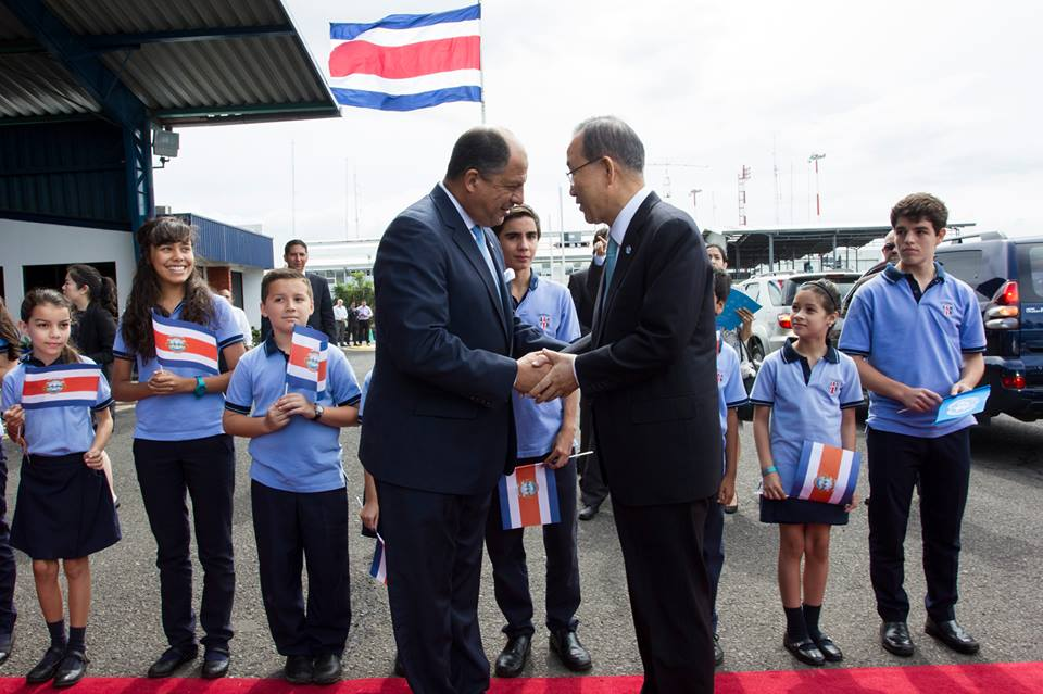 President Luis Guillermo Solís (left) greets UN Secretary General, Ban Ki-moon on his arrival to Costa Rica this morning.