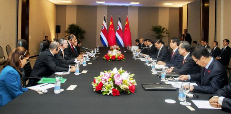 The presidents of China, Xi Jinping, and Costa Rica, Luis Guillermo Solís, both at their microphones during a July 17 meeting in Brasilia. | Photo: Presidencia de Costa Rica