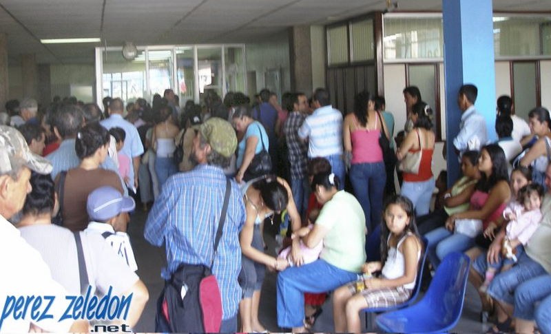 Long lines and long waiting periods are common at CCSS hospitals and clinics around the country. In the photo insured wait for services at the  Hospital Fernando Escalante Pradilla in Perez Zeledon. | Photo: perezzeledon.net