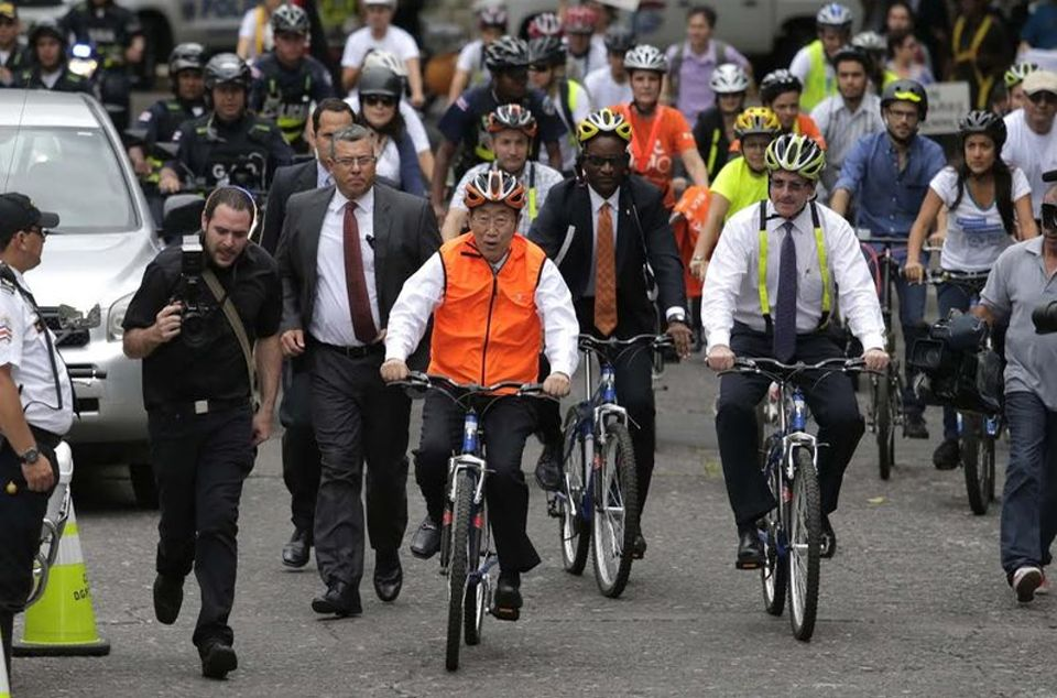 The UN Secretary General arrives at the Foreign Ministry on a bicycle.