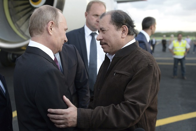Russia's President Vladimir Putin (L) speaks to Nicaragua's President Daniel Ortega after arriving at the international airport in Managua. | Photo: Aleksey Nikolskyi / RIA Novosti / Reuters