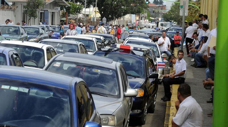 Last Monday, more than 100 porteadores (informal taxis) blocked roads around San José in protest. | Photo: ALONSO TENORIO.
