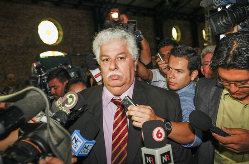 The ministro de la Presidencia, Melvin Jimenez, faced by the press after allegations that he paid to destabiilze Otton Solís' leadership of the PAC party. Photo: Jorge Arce / La Nacion