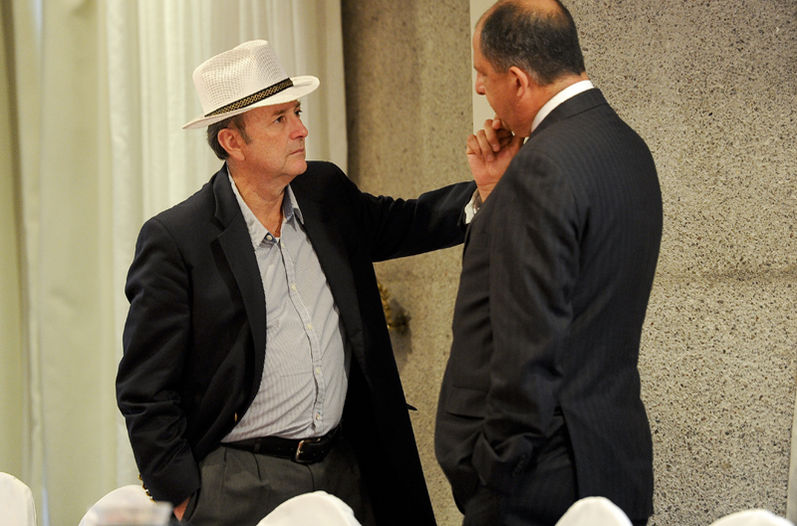 Ottón Solís (left) meeting with Luis Guillermo Solís in February. Legislator Solís says President Solís said the president has a strong ethics and will not allow conflicts of interest. | Photo: Luis Navarro for La Nacoin.