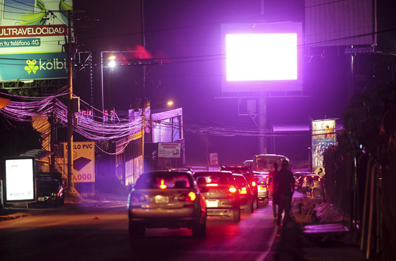 Driving north from La Uruca to Herdia, at the winding curve before the Rio Virilla bridge, drivers at night cannot help but focus on the big screen. | Photo: Gabriela Tellez, La Nacion