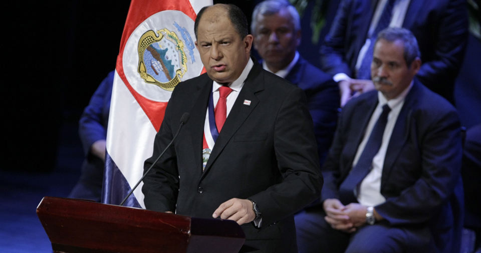 President Luis Guillermo Solís at the podium, his cabinet behind him, last night at the Teatro Melico Salazar