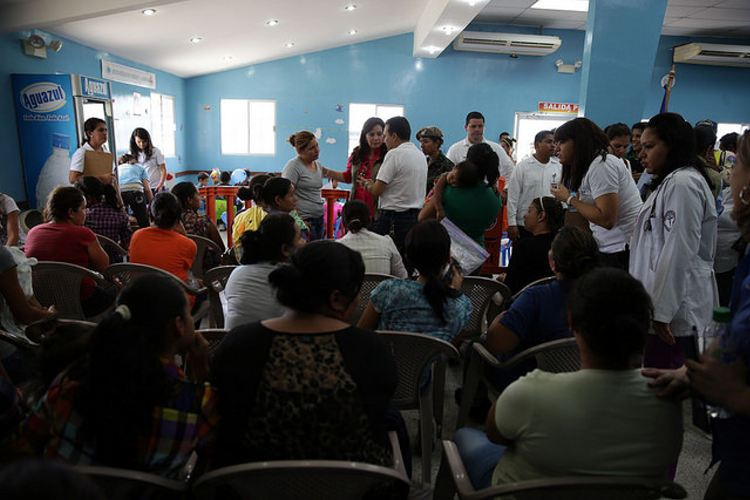 At the crowded government shelter in San Pedro Sula, deported families with children receive instructions for being censused and for the return to their home villages and towns. Credit: Thelma Mejía/IPS