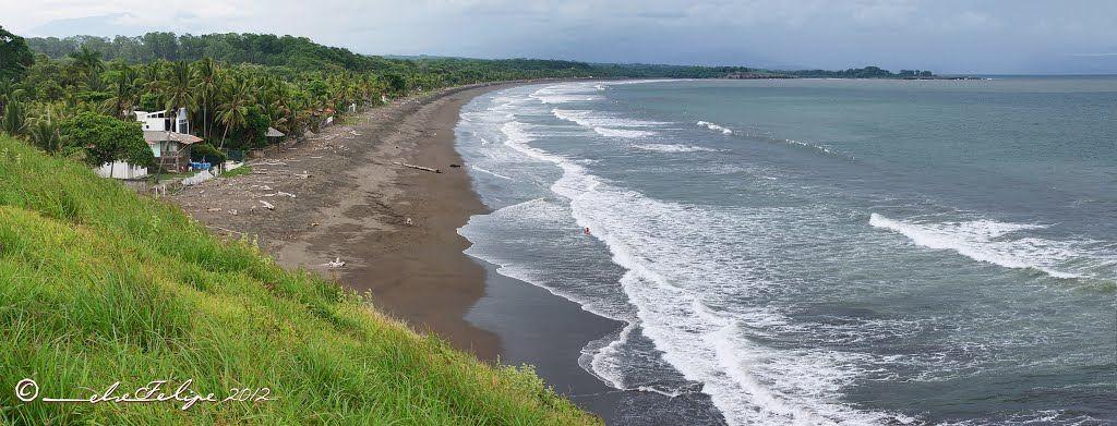 Playa y Peñón de Tivives, at the end of Punta Loros, Puntarenas, Costa Rica. Photo Panamorio.com