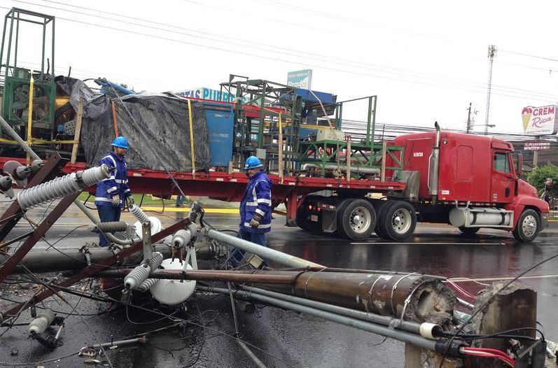 CNFL crews inspect the damage. Photo: Luis Navarro, La Nacion
