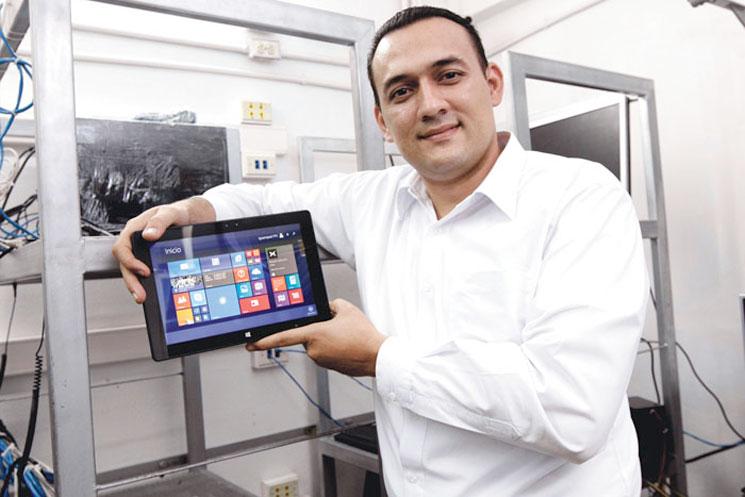Gabriel Torres, Cococo marketing manager, said assembling a Iguanapad takes about 45 minutes. Esteban Monge / La Republica