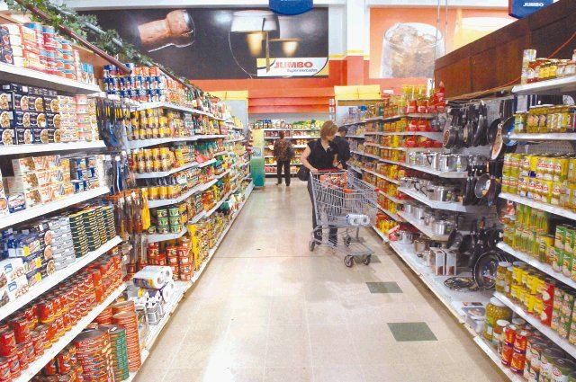 Supermarkets in Costa Rica are now quite modern. But don't look for self-checkouts and don't argue with trying to bag your own groceries.