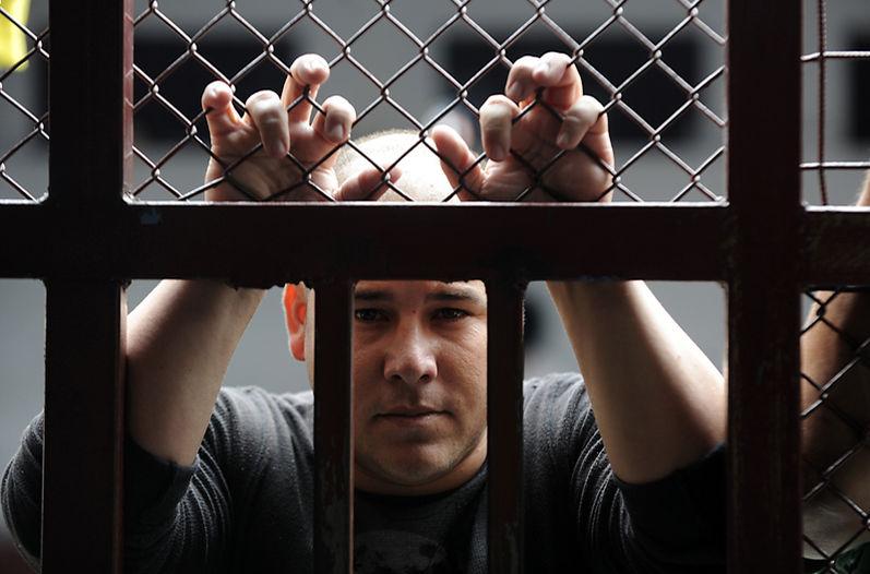 Magdiel Hernández y Carlos Alberto Espinoza (abajo) son dos cubanos que están detenidos en el Centro de Aprehensión de Extranjeros en Hatillo. Ellos están indocumentados y lo que piden es que los dejen salir, para seguir el camino hacia Estados Unidos. | GRACIELA SOLÍS