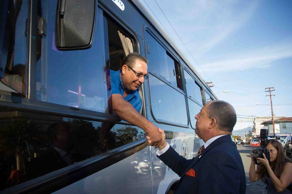 President Luis Guillermo Solís shaking the hand of one of the passengers of the new Interlinea routes that went into service Thursday.