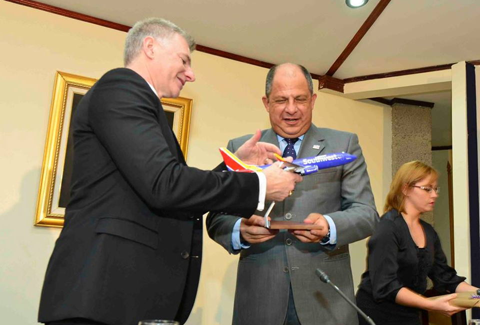 Chief Commercial Officer and Executive Vice President of Southwest Airlines, Robert E. Jordan (left) with Costa Rica President Luis Guillermo Solis. Photo: Casa Presidencial