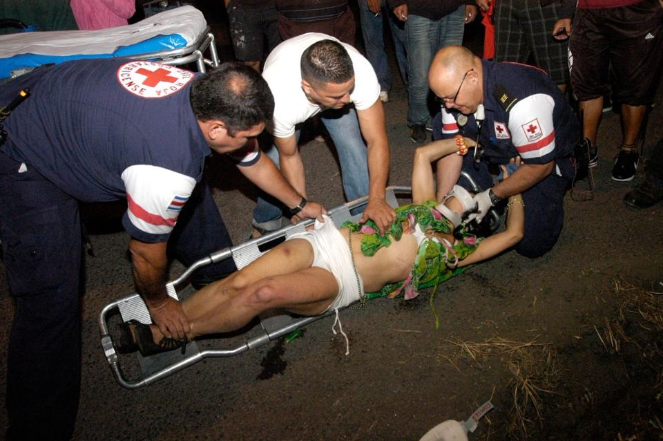 """Cruzrojistas attend the """"Reina de la Noche"""" who had bruises on her face, arms and other parts. Photo: Dairo Extra"""