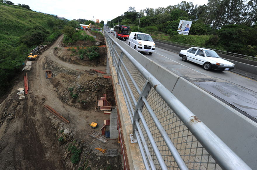 The latest work project on the bridge over the Virilla river on the autopista General Cañas startedd in October 2013. The work was expected to be completed by now, but a 12 month delay pushes back the project completion to 2016. Photo: Jorge Navarro | La Nacion