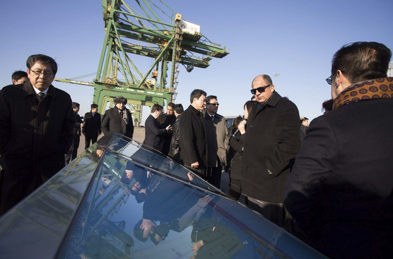 On his last day of his tour in China, Luis Guillermo Solís visited the port city of Tianjin, 200 kilometres from Beijing, to get a first hand look at the special ecomonic zone and port, similar to what Chinese investment may delevop in Costa Rica. Photo courtesy Casa Presidencial