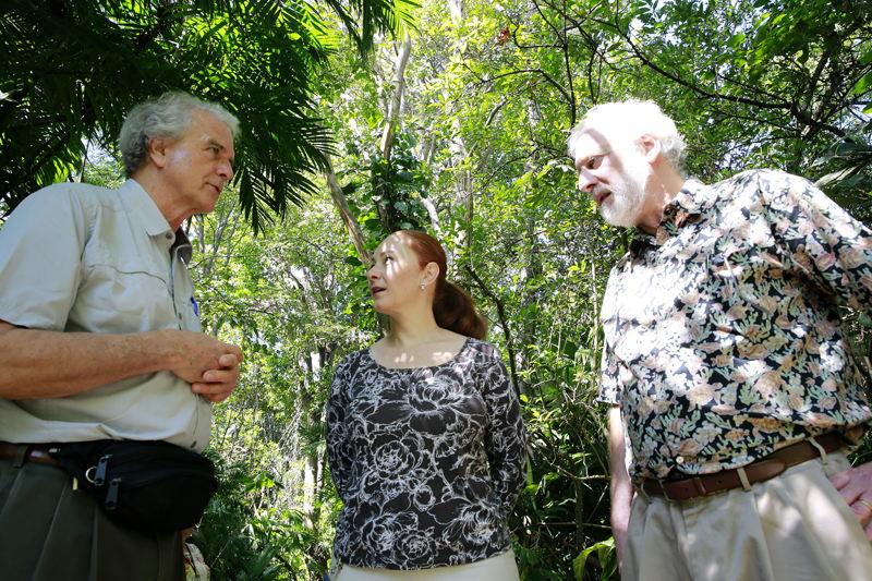 Randall Tolpinrud (izq.) y Robert Newman, miembros de la Fundación Pax Natura, visitaron el INBio junto a Natalia Zamora. | RAFAEL PACHECO