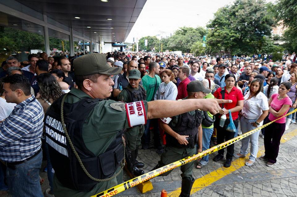 Venezuelan-soldiers-control-the-crowd-as